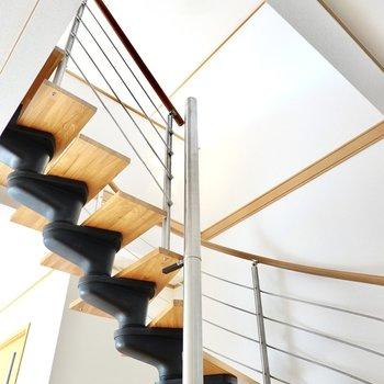 くるくる回るシーリングファンを見ながら、螺旋階段を上がって2階へ。