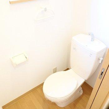 トイレもシンプルですがウォシュレットが後付け可能。小窓付きで換気がしやすい!