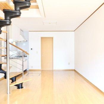 キッチン側をダイニングに。どこにいても特徴的な螺旋階段が目に入ります◎