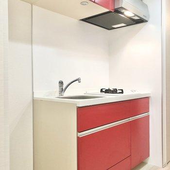 収納の充実したキッチンです。赤くてかわいらしい〜。