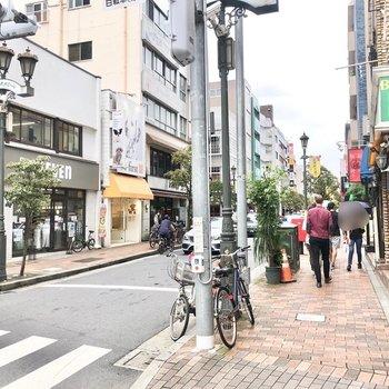 駅前の「散歩通り」には話題のおしゃれカフェもあります。