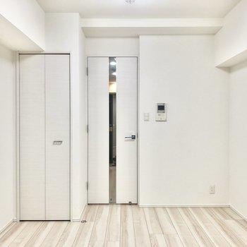 白い壁や扉と木目の床がさわやかにまとまっています。
