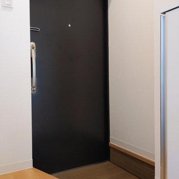 玄関はややコンパクトです。