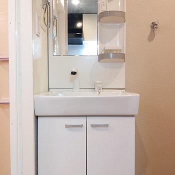 コンパクトながら機能的な洗面台。
