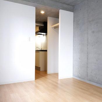 真っ白の壁もアクセントになって清潔感があります。