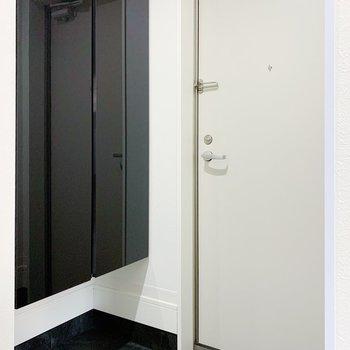 玄関もゆったりめです。2〜3足だしておいても窮屈じゃないかも。