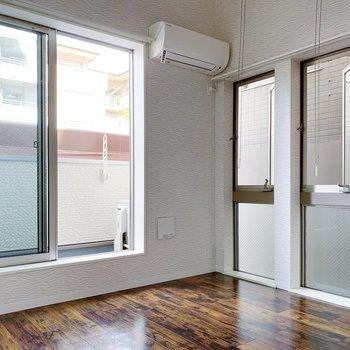 窓がたくさんあって、南西向きのお部屋なので明るいな〜。