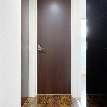 くるっと振り返ると扉が2つ。