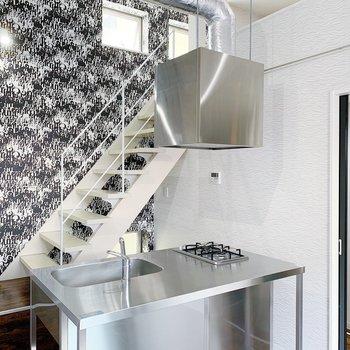 この壁が個性的な階段つきのお部屋◯