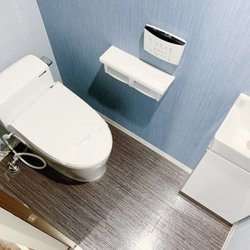 もう一つの扉をあけるとトイレです。温水洗浄便座で手洗い場までありますよ◎