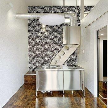 空間がすでに個性的なので、家具はナチュラルなものがいいかも。