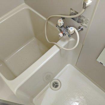 浴槽は少しコンパクトな大きさです。