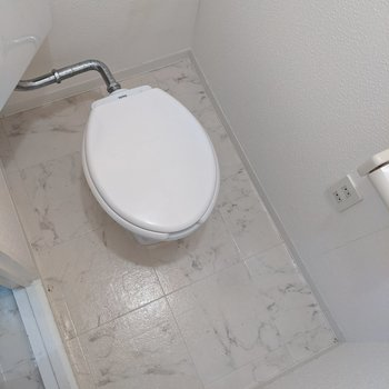 スペースがあるので、掃除道具やトイレットペーパーなどが置けます。