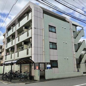 住宅街に佇むオートロック付きのマンションです。