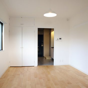 床壁天井はもちろん、収納扉も真っ白にお化粧されました。