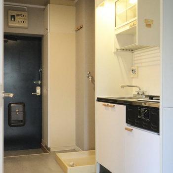 キッチン横に洗濯機置き場、さらに反対隣に冷蔵庫を置けます!