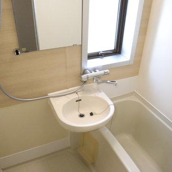 お風呂は2点ユニット、浴室乾燥機付き!木目のクロスがポイントです。