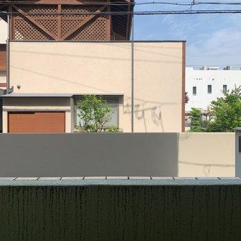 バルコニーの柵が高く、外からだと歩いているだけでは中は見えません。