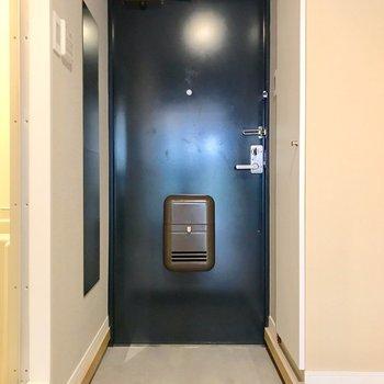 玄関は広々。左手に見える姿見が個人的なお気に入り!(※写真は前回施工したお部屋です)