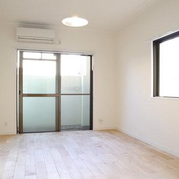 2面の窓から入る明るい光が無垢床と相まって、温もりのある空間に。