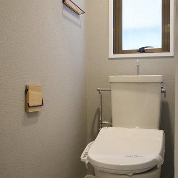 棚やペーパーホルダー、タオル掛けも木製で統一。ウォシュレットも新設しました!