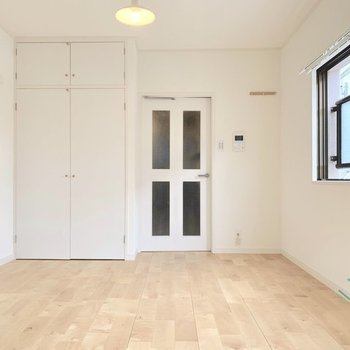 床壁天井はもちろん、収納扉も真っ白にお化粧されました。(※写真は前回施工した反転間取り別部屋です)