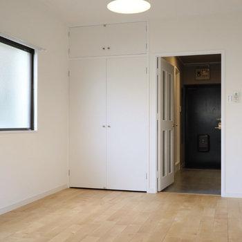 側面の窓の下にも壁付けで家具が置けるので、広く空間を使えますよ!