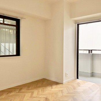 玄関側の洋室はヘリンボーンの床が素敵!
