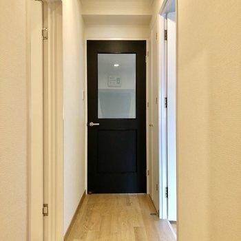 白の中に黒い扉のコントラストが◎