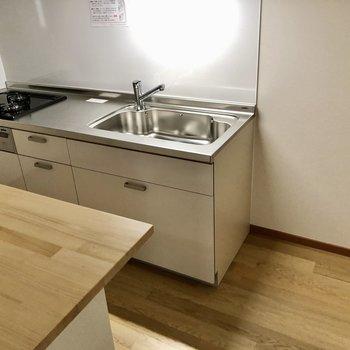 3口コンロにグリルも付いたシステムキッチンタイプ!隣に冷蔵庫置けます。
