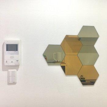 ハチの巣みたいな鏡が可愛い