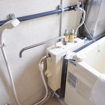 レトロなバランス釜のお風呂。シャワー付きです。