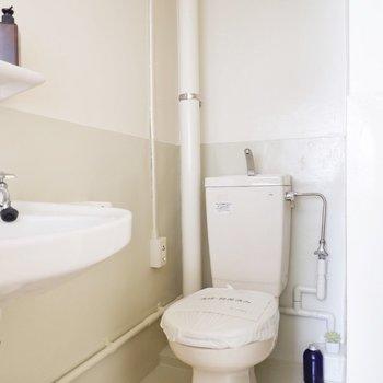 白くて清潔感のあるトイレです。