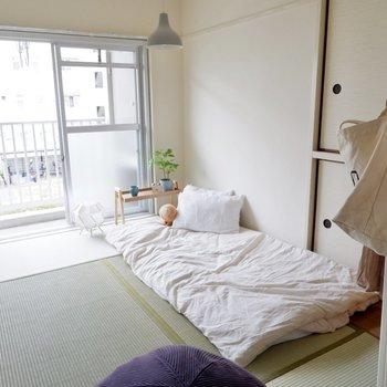 もうひとつの和室は寝室に。