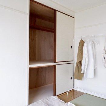 こちらの和室にもたっぷりの収納スペース。