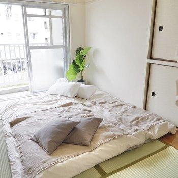 もう一つの和室は寝室に。