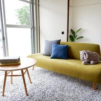 畳とモダンなソファは相性◎