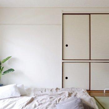 白壁とレトロな扉が可愛い。