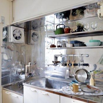 キッチンの吊り棚にはお気に入りを飾って収納