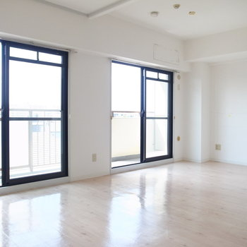 白いお部屋に白い陽が差し込みます。南向きってだけでテンションが上がりますね!