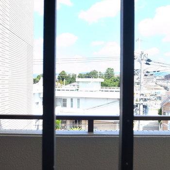 洋室の窓は廊下に面しています。