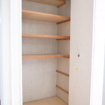 廊下にも収納棚があります!細々、いろんなものが入りますね。