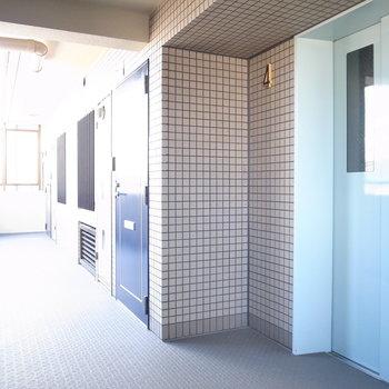 【共用部】エレベーターを出てすぐ右手にお部屋です!