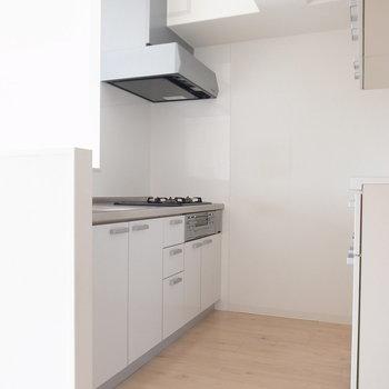 動きやすいキッチン周りです。すでに棚が設置されているのもうれしい!