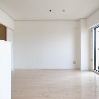 キッチン側から。ソファも置ける広さ!