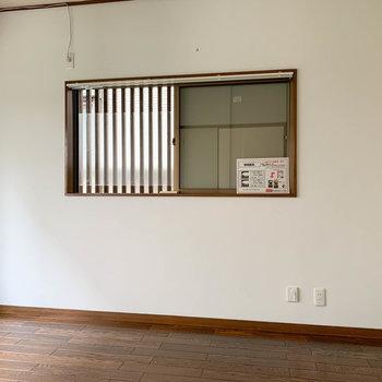 【洋室5帖】横面にも窓があります。