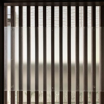 サイドの窓は目隠しされています。