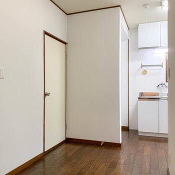 逆側から玄関側にキッチンがあります。