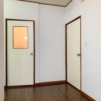 続いてDKスペースへ。あかりの見える扉は脱衣所。