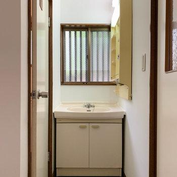 キッチンと脱衣所の間あたりに洗面台があります。